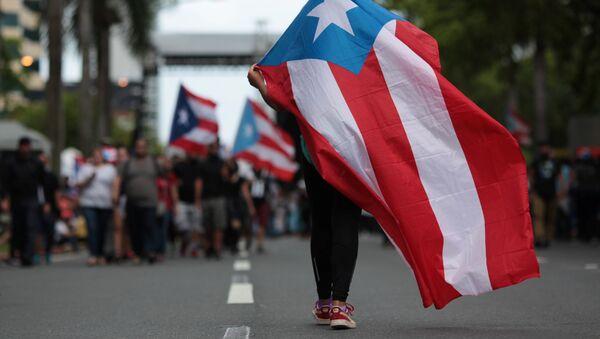Porto Riko'da hükümetin kemer sıkma önlemlerini protesto eden bir eylemci - Sputnik Türkiye