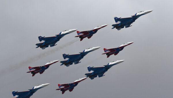Rus Şövalyeleri akrobasi ekibinin Su-30SM ve ve Kırlangıçlar akrobasi grubunun MiG-29 çok fonksiyonlu uçakları. - Sputnik Türkiye