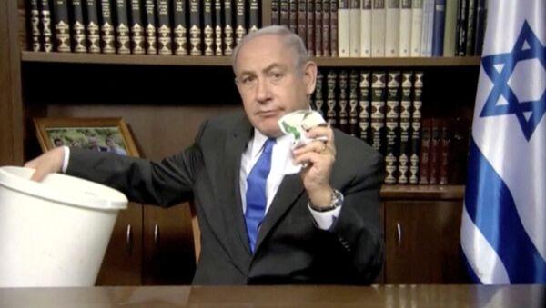 İstail Başbakanı Benyamin Netanyahu Hamas'ın siyaset belgesini çöpe attı - Sputnik Türkiye