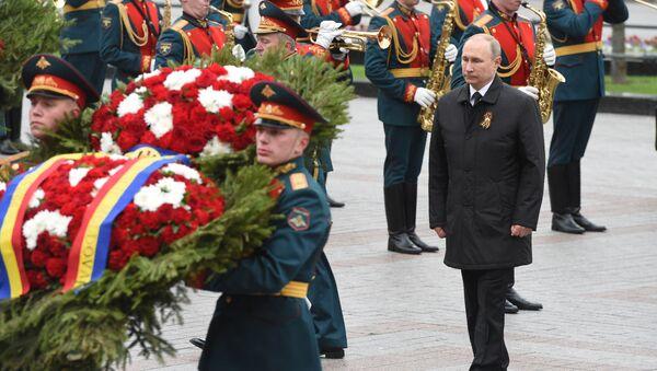 Putin, Zafer Günü'nde Meçhul Asker Anıtı'na çelenk bıraktı - Sputnik Türkiye