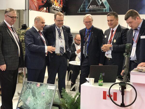 Proterm Genel Müdürü Burçin Girgin (sağdan ikinci) 13. IDEF'te iş adamlarına tanıtım yaparken... - Sputnik Türkiye