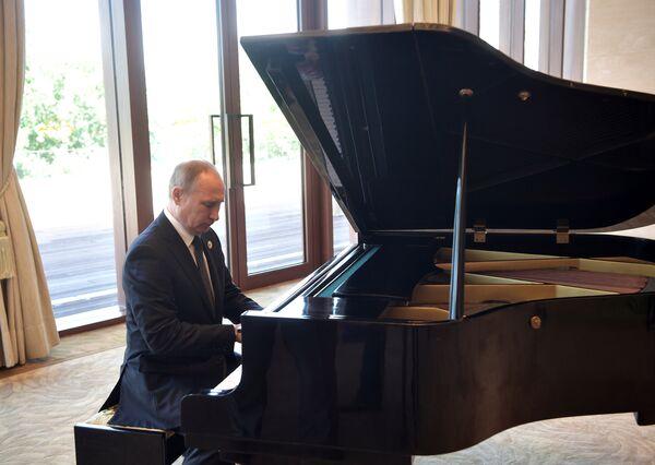 Rusya Devlet Başkanı Vladimir Putin piyano çaldı - Sputnik Türkiye