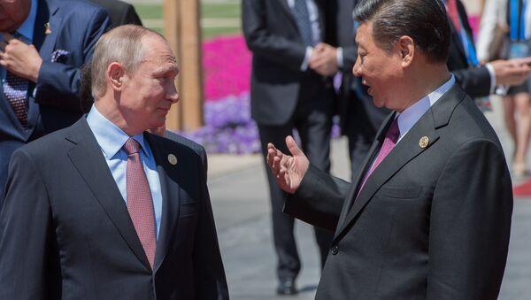 Putin, Yol ve Kuşak Forumu'nun ev sahibi Çin'in Devlet Başkanı Şi Cinping'le de bir araya geldi. Peskov'un aktardığına göre Putin ve Şi, Kore yarımadasındaki gelişmeleri değerlendirdi. - Sputnik Türkiye