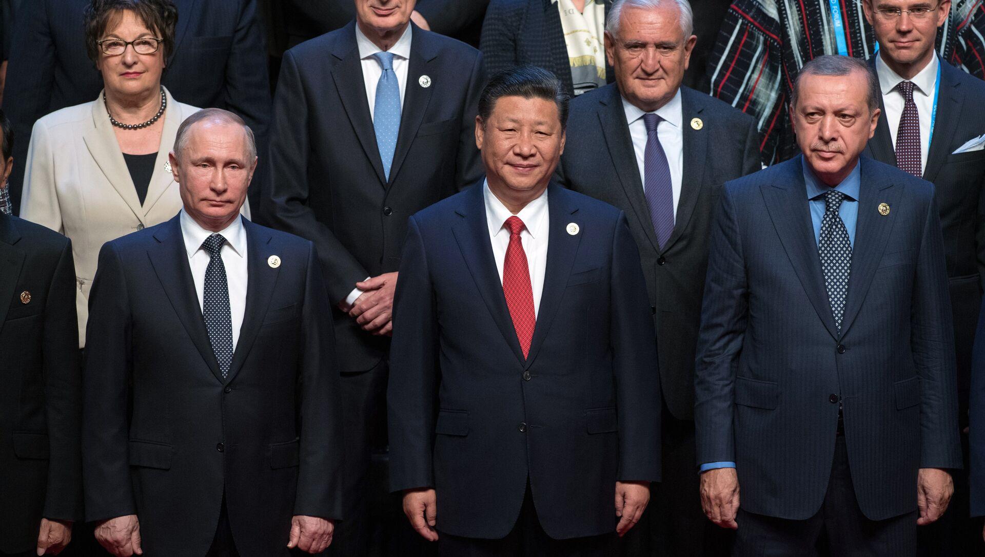 Rusya Devlet Başkanı Vladimir Putin, yol ve Kuşak Forumu'nda Çin Devlet Başkanı Şi Cinping ve Cumhurbaşkanı Recep Tayyip Erdoğan'la. - Sputnik Türkiye, 1920, 27.03.2021