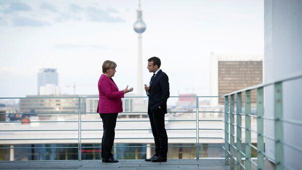 Almanya Başbakanı Angela Merkel ile Fransa Cumhurbaşkanı Emmanuel Macron Berlin'deki Başbakanlık binasında - Sputnik Türkiye
