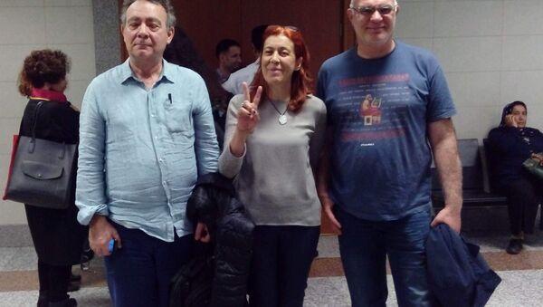 Murat Çelikkan (solda) ve Beyza Üstün (ortada) - Sputnik Türkiye