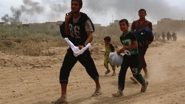 Musul'da Irak güvenlik güçleri ve IŞİD arasındaki çatışmalardan kaçan siviller - Sputnik Türkiye