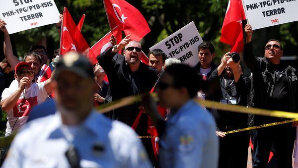 ABD Başkanı Donald Trump ve Türkiye Cumhurbaşkanı Recep Tayyip Erdoğan görüşmesi esnasında Beyaz Saray'ın önünde protestolar vardı. - Sputnik Türkiye