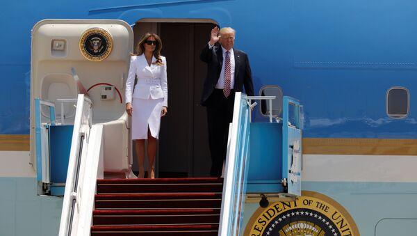 Trump, Air Force One uçağından eşi Melania'yla birlikte indi. - Sputnik Türkiye