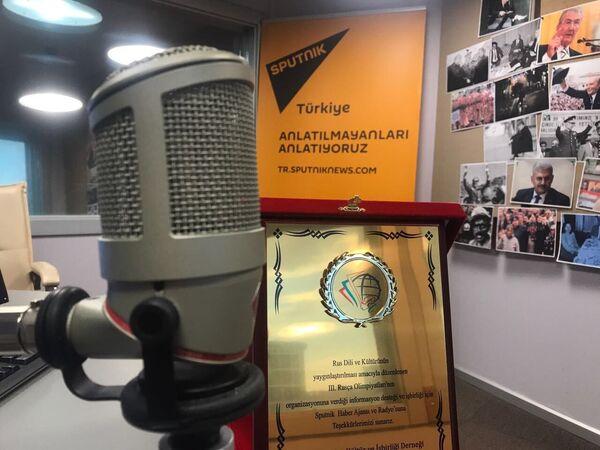 Rusça Olimpiyatları organizasyon komitesi, etkinliğin yayılmasındaki katkıları ve işbirliği nedeniyle Sputnik'e de teşekkür amaçlı bir plaket sundu. - Sputnik Türkiye