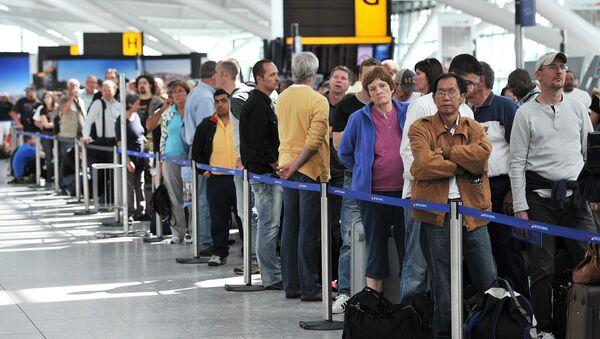 Londra'daki Heathrow Havaalanı'nda bekleyen British Airways yolcuları - Sputnik Türkiye