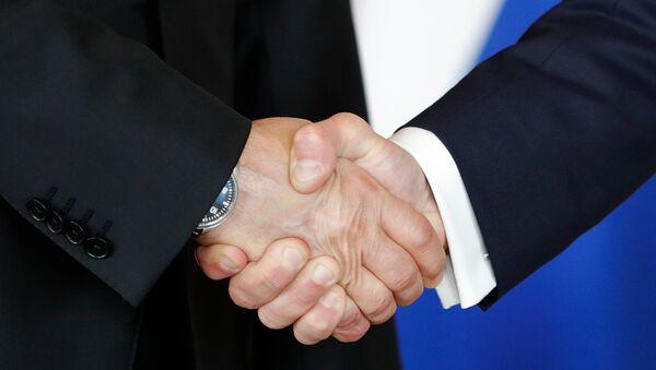 Rusya Devlet Başkanı Vladimir Putin ile Fransa Cumhurbaşkanı Emmanuel Macron el sıkıştı. - Sputnik Türkiye