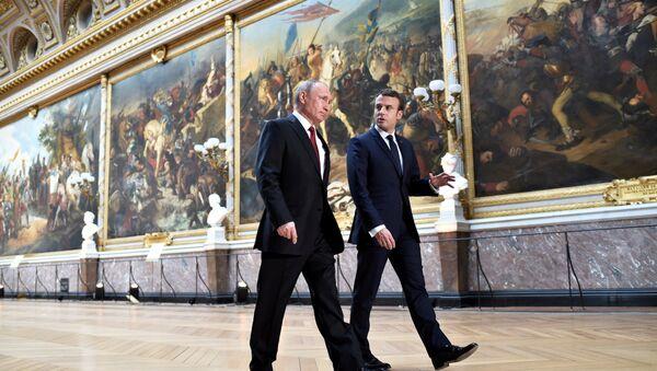 Rusya Devlet Başkanı Vladimir Putin ve Fransa Cumhurbaşkanı Emmanuel Macron, Versailles Sarayı'nda - Sputnik Türkiye