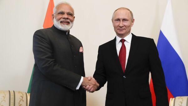 Russian President Vladimir Putin (R) shakes hands with Indian Prime Minister Narendra Modi during a meeting on the sidelines of the St. Petersburg International Economic Forum (SPIEF), Russia - Sputnik Türkiye