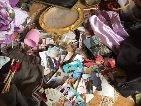 Fotoğraflarda, evlerin içinde dağınık eşyalar, yerde yırtık elbiseler, her tarafa dağılmış aile fotoğrafları görülüyor - Sputnik Türkiye