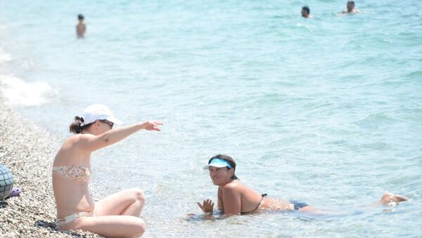 Antalya'da denize giren ve 3 saat sudan çıkmayan Rus turist - Sputnik Türkiye