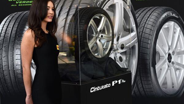 A model shows off the Pirelli Cinturato P1 plus tires - Sputnik Türkiye
