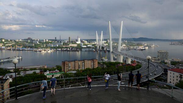 People watch a bridge over the Golden Horn bay from a viewpoint in Vladivostok, Russia, June 8, 2017 - Sputnik Türkiye