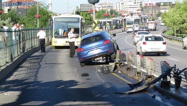 Otomobil metrobüs yoluna girdi / Metrobüs yolunda kaza - Sputnik Türkiye