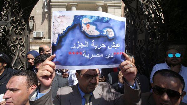 Kızıldeniz'deki adaların Suudi Arabistan'a verilmesini protesto eden Mısırlılar - Sputnik Türkiye