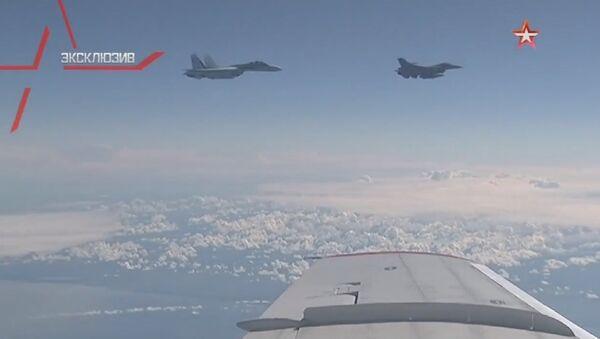 Истребитель Су-27 отгоняет F-16 НАТО от самолета Шойгу - Sputnik Türkiye