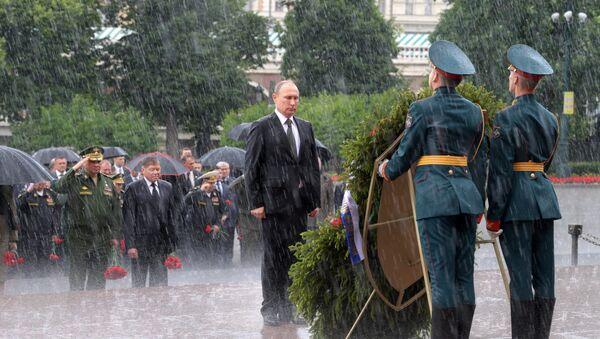 Rusya Devlet Başkanı Vladimir Putin, Nazi Almanyası'nın saldırmasıyla Büyük Vatan Savaşı'nın başladığı 22 Haziran 'Anma ve Keder Günü'nde, Moskova'daki Meçhul Asker Anıtı önüne çelenk bıraktı. - Sputnik Türkiye