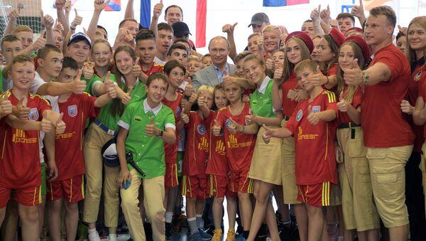 Putin, Artek Kampı'nda çocuklarla buluştu - Sputnik Türkiye