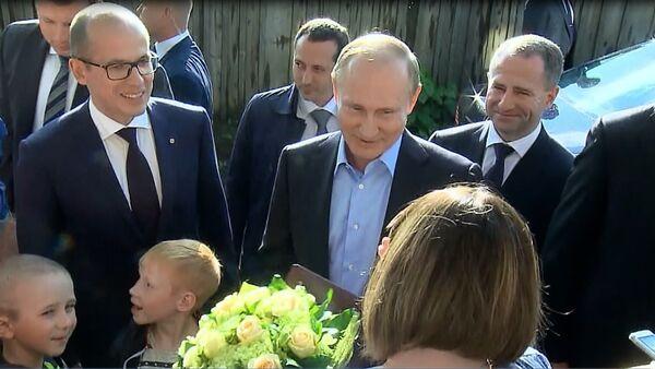 Putin'den, riskli binada yaşayan aileye ziyaret - Sputnik Türkiye
