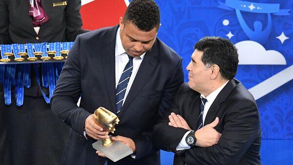 Arjantinli futbol yıldızı Diego Maradona ve Brezilyalı futbolcu Ronaldo Luis Nazario de Lima, Rusya'nın ağırladığı Konfederasyon Kupası finalinin ödül töreninde. - Sputnik Türkiye