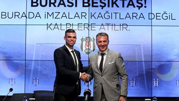 Beşiktaş, Portekizli savunma oyuncusu Kepler Laveran Lima Ferreira (Pepe) ile 2 yıllık sözleşme imzaladı. Vodafone Park'ta düzenlenen törene katılan Pepe, basın mensuplarına poz verdi. - Sputnik Türkiye