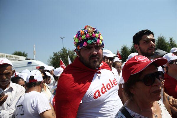 Vatandaşlar miting için çeşitli şehirlerden ve İstanbul'un ilçelerinden Maltepe Etkinlik Alanı'na geldi. - Sputnik Türkiye