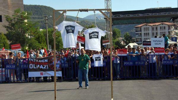 'Hero'ya karşı 'traitor' tişörtü - Sputnik Türkiye