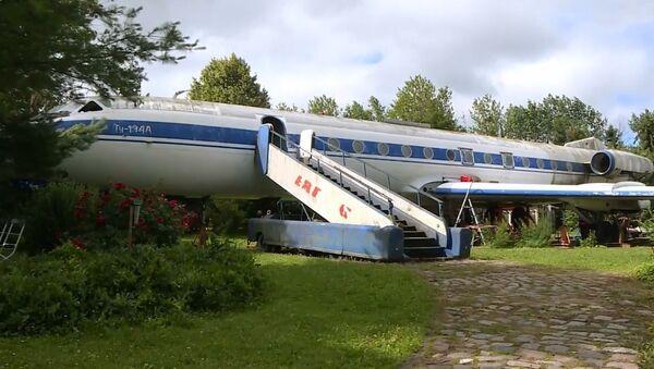 Yıllardır çiftliğinin bahçesinde duran Tu-134 uçağını 100 bin euroya sattı - Sputnik Türkiye