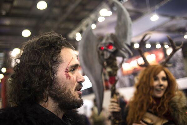 Rusya'nın başkenti Moskova'da 24 Haziran'da 2. Game of Thrones festivali düzenlendi. Katılımcılar festivalde kılıç, zırh kullanma gibi deneyimleri yaşama ve Ortaçağ saç stillerini yaptırma imkânı buldular. - Sputnik Türkiye