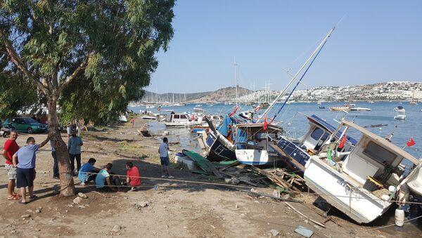 Depremin ardından Bodrum'da 10 santimetre tsunami dalgası ölçüldü. Kandilli Rasathanesi'nden yapılan açıklamaya göre, sarsıntı Muğla ili ve ilçeleri başta olmak üzere tüm Güney Batı Ege'de hissedildi. Gümbet'te tekneler tsunami dalgaları nedeniyle zarar gördü. - Sputnik Türkiye