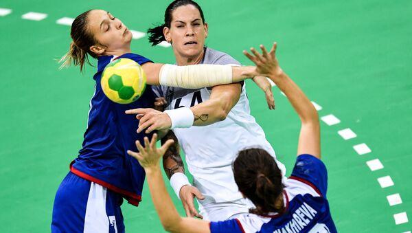 Sovyetler Birliği döneminde kadınlar hentbolda olimpiyat ve dünya şampiyonlukları kazanıldı. 2016 Rio Olimpiyatları'nda altın madalya alan Rus kadın hentbol takımı, şimdi de Aralık 2017'de Almanya'da gerçekleşecek Dünya Şampiyonası'nda altın madalya için hazırlanıyor. - Sputnik Türkiye