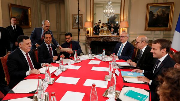 Fransa Cumhurbaşkanı Emmanuel Macron- Libya Başbakanı Fayiz es-Serrac - Sputnik Türkiye