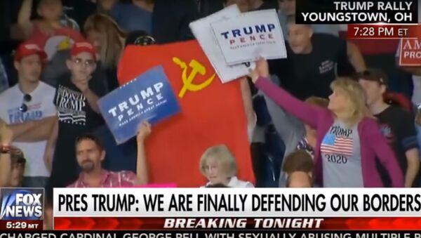 Trump'ın konuşması sırasında SSCB bayrağı açtılar - Sputnik Türkiye