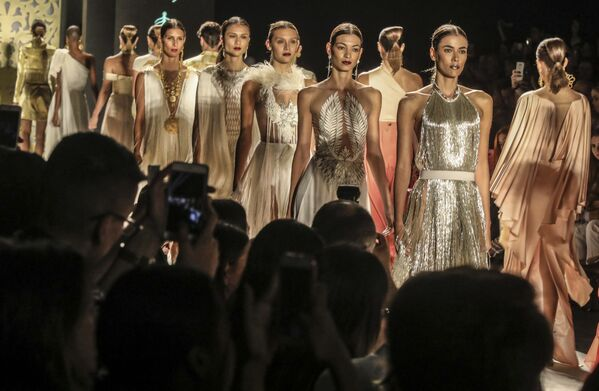Medellin Moda Haftası'nda Pepa Pombo, Mulierr, Parasela M, Andres Pajon, Alexandra Bueno, NoiseLab ve Jorge Duque gibi tasarımcılar ve moda evleri kendi koleksiyonlarını sergiliyor. - Sputnik Türkiye