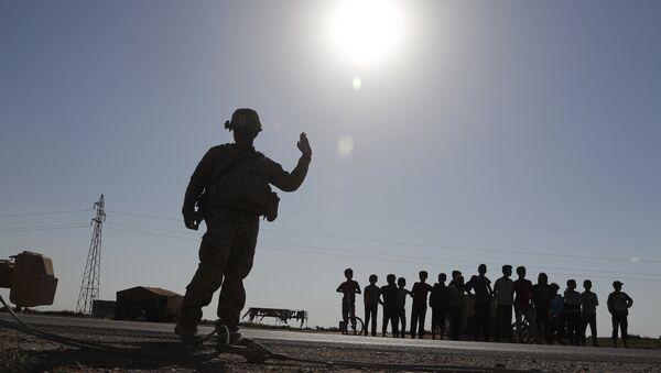 ABD'nin Suriye'de yaklaşık 1000 askeri bulunuyor. Fotoğrafta, Rakka'da görevli bir ABD askeri görülüyor. - Sputnik Türkiye