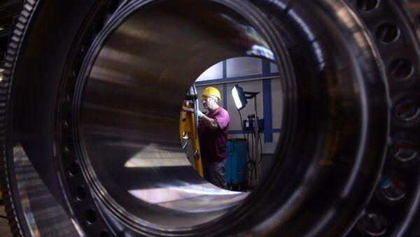 An employee of German industrial giant Siemens works on a rotor at their Gas turbine plant on November 8, 2012 in Berlin - Sputnik Türkiye