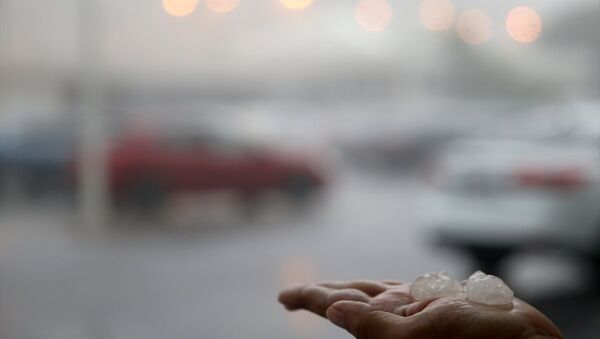 İstanbul Cevizlibağ'da dolu şeklinde de görülen yağış, kent genelinde etkili oldu. - Sputnik Türkiye