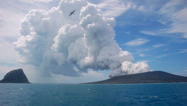 Güney Pasifik'te yer alan Tonga'da bir volkan - Sputnik Türkiye