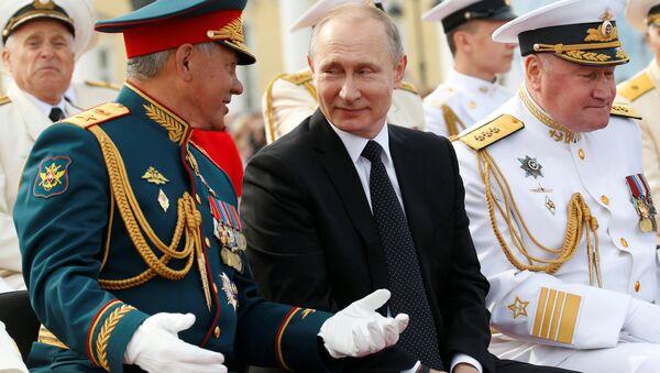 Rusya Devlet Başkanı Vladimir Putin, Rusya Savunma Bakanı Sergey Şoygu, Rusya Donanması Günü - Sputnik Türkiye