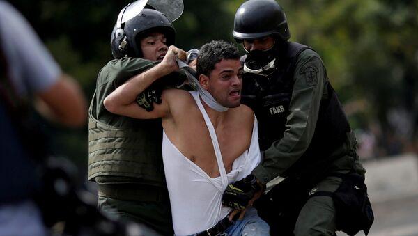 Venezüella'da gözaltına alınan bir muhalif eylemci - Sputnik Türkiye