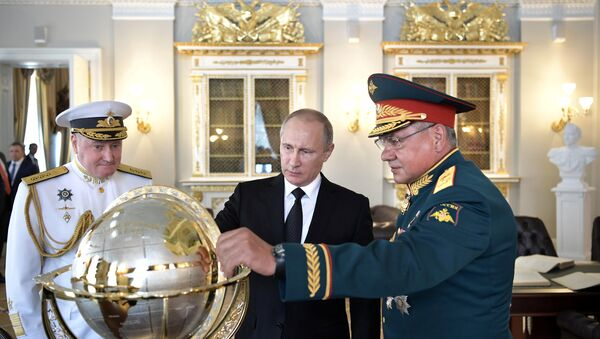 Vladimir Putin - Sergey Şoygu - Vladimir Korolev / Dünya küresi - Sputnik Türkiye