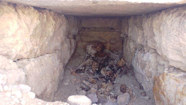 Konya'da 2 bin yıllık olduğu tahmin edilen bir mezar bulundu. Meram ilçesi Köyceğiz Mahallesi'nde bulunan Necmettin Erbakan Üniversitesi Köyceğiz Yerleşkesi'nde iş makinesi ile gerçekleştirilen yol yapım çalışması sırasında, düzenleme yapılan topraklık alanda bir oyuk oluştu. - Sputnik Türkiye