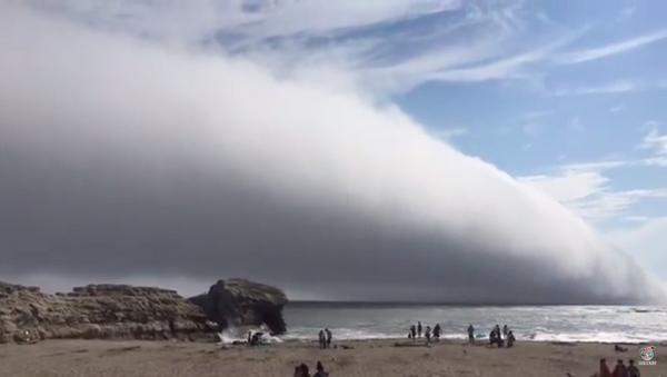 Kaliforniya'da sahilin üzerini kaplayan dev bulut 'kıyamet başladı' dedirtti - Sputnik Türkiye
