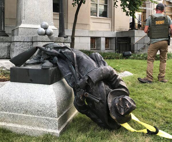 Charlottesville'de ırkçılara karşı eylem yapan göstericiler de sokağa çıkınca ülkeyi sarsan saldırı gerçekleşmişti.  Irkçılık karşıtlarının arasına aracıyla dalan 20 yaşındaki Nazi sempatizanı 1 kişiyi öldürmüş, yaklaşık 20 kişiyi de yaralamıştı. - Sputnik Türkiye