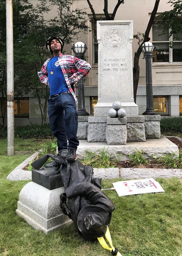 North Carolina Valisi Roy Cooper Twitter'dan paylaştığı mesajında Charlottesville'deki ırkçılık ve ölümcül şiddet kabul edilemez ancak bu anıtları kaldırmanın daha iyi yolları var dedi. - Sputnik Türkiye